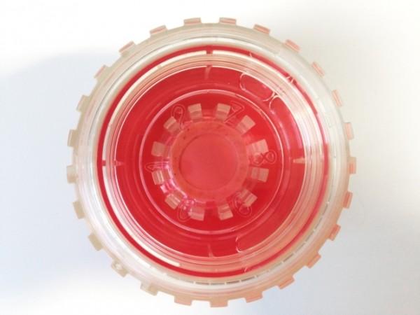 Viewing chamber: Die vorpräparierte Augenhornhaut liegt mit der Endothelseite nach oben auf dem Trägerring. Der Operateur kann die dünne Lamelle einfach mittels steriler Pinzette für die geplante DMEK-Transplantation entnehmen.